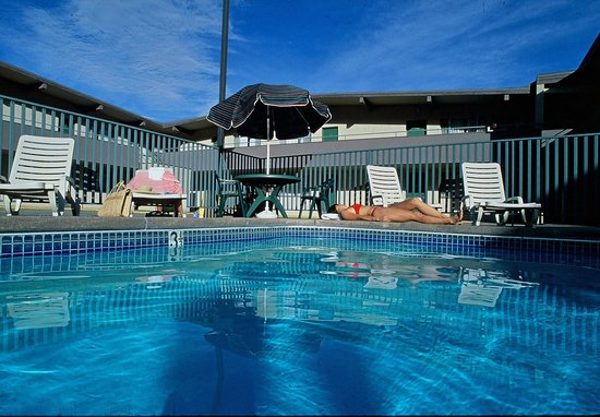 Caravan Inn Glenwood Springs: Outdoor Pool, Seasonal
