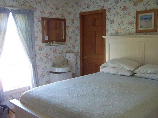 Higgins Beach Inn: sink in room