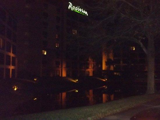 Radisson Hotel Orlando - Lake Buena Vista: Vista Noturna da Frente do Hotel