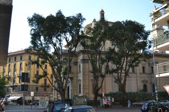 Marconi Hotel: Улочка, на которой расположен отель Маркони