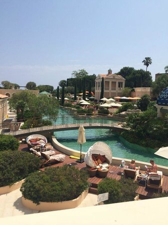 Monte-Carlo Bay & Resort: bridge over sand pool
