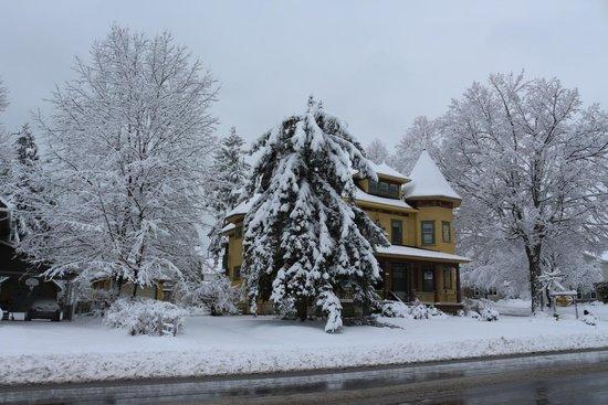 Sleepy Hollow Bed & Breakfast: Snow came in November last winter.