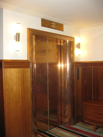 Hotel DeBrett : The lift