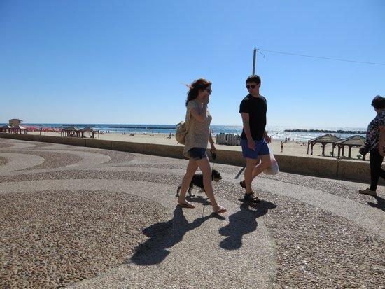 Tel Aviv Marina and Sea Center: couple heading to the dog beach!
