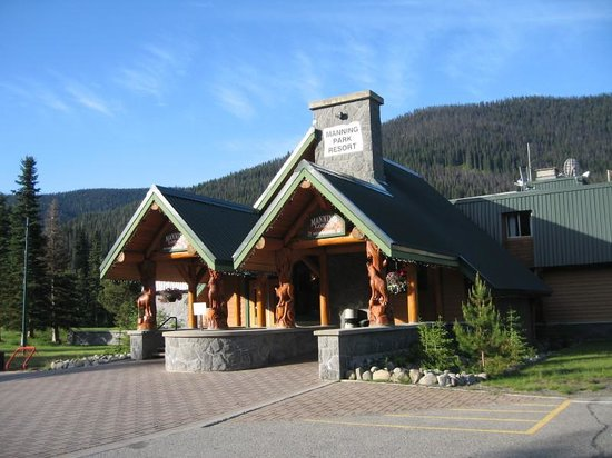 Manning Park Resort: Exterior Lodge