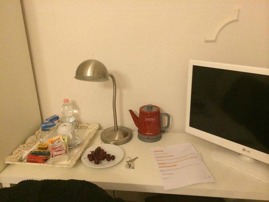 Al Portico Guest House: Fresh cherries in hotel room
