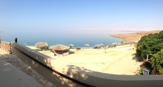 Holiday Inn Resort Dead Sea: Cordoned off beach, only the far end is open