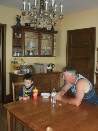 Tintic Goldminers Inn: Grandpa and Grandson enjoying breakfast