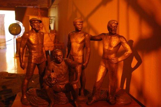 The Kon-Tiki Museum : Скульптурная группа команды Хейердала работы российского скульптора.