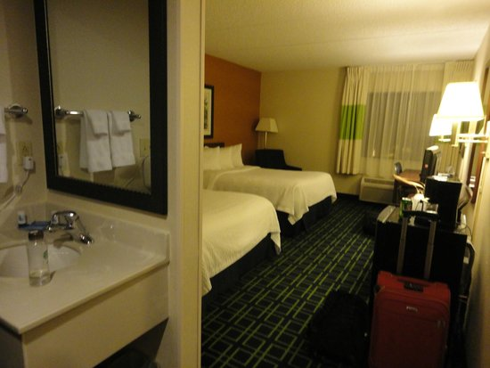 Fairfield Inn & Suites Albany East Greenbush: Room view from entrance