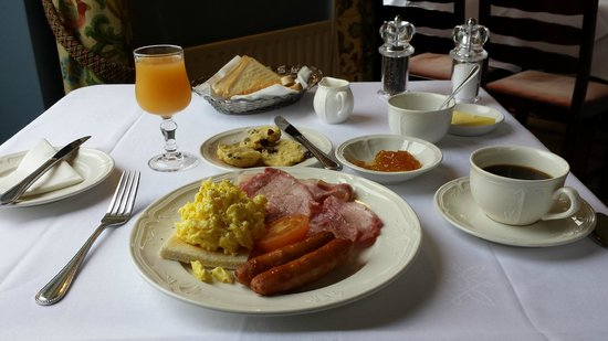 Ballinalacken Castle Country House: Breakfast.