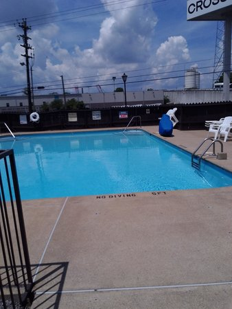 Knights Inn Nashville Downtown: The pool. 3-5 feet  deep. plenty of chairs.