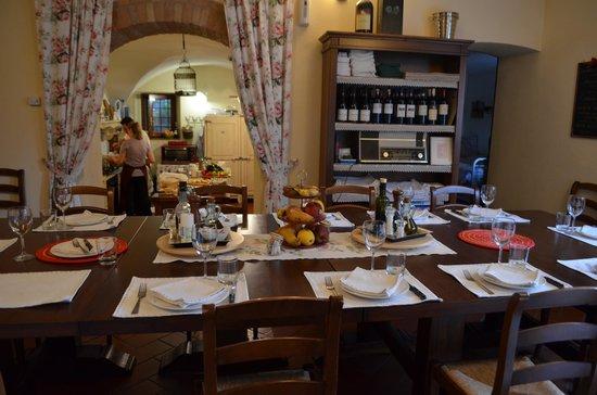 Borgo Lecchi B&B: Kitchen and eating area