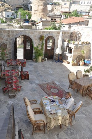 Chelebi Cave House: Patio central del hotel