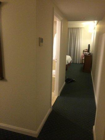 Scala Hotel Buenos Aires: Amplo corredor entre quarto e a sala.