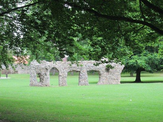 Abbey Gardens: abbey ruins