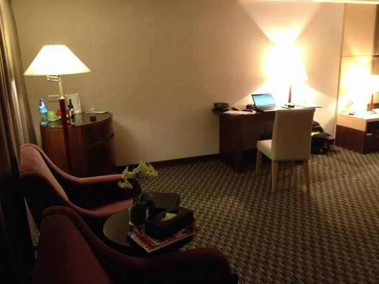 Wei-Yat Grand Hotel : Room with sofa