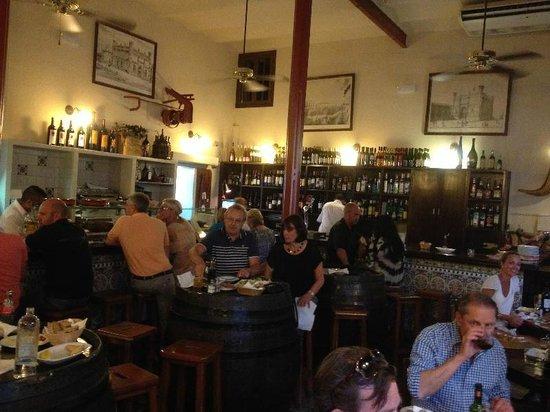 La Taberna De La Boveda: Le Bar et une partie de la salle