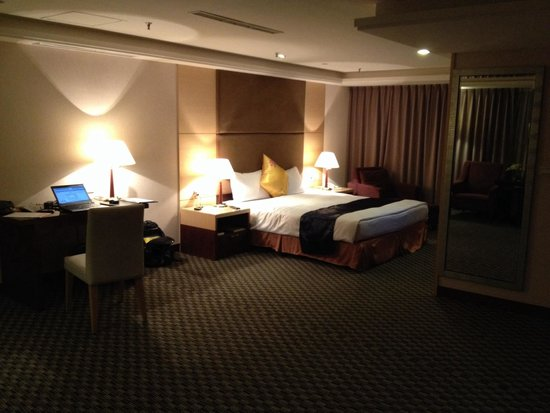 Wei-Yat Grand Hotel : Room with king size bed