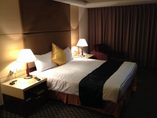 Wei-Yat Grand Hotel : King size bed