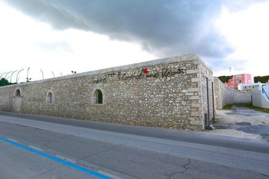 Hotel Il Castellino Relais: There is a high wall and you can't miss seeing it