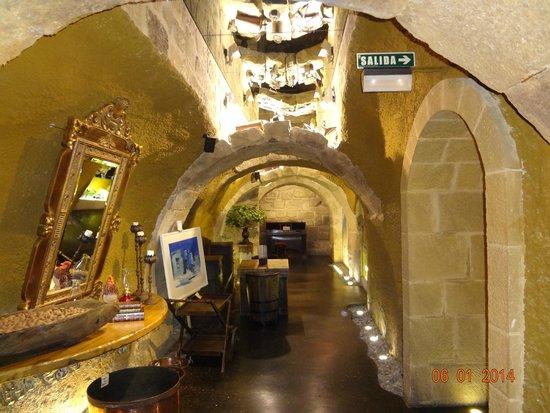 Hotel Hospederia de los Parajes : la bodega subterránea del hotel, te transporta a otro tiempo