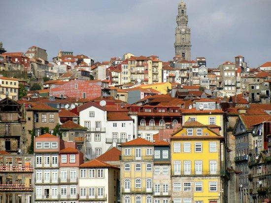 Clerigos Tower : A torre se destaca na paisagem
