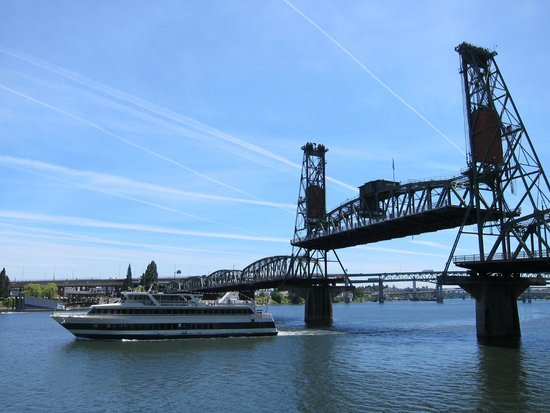 Tom McCall Waterfront Park: View of the Steel Bridge