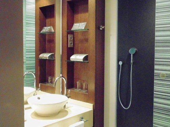 Olivia Plaza Hotel: Lavabo - qto 208