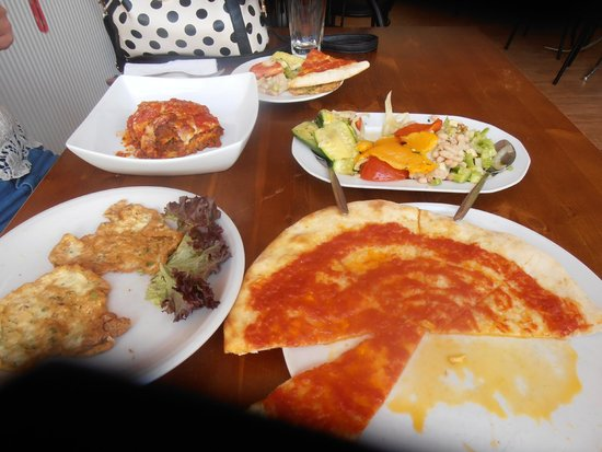 Pomodoro Pizzeria & Cafe: Our pig-out lunch: lasagne, garlic bread with tomato, mixed salad for two and frittata.