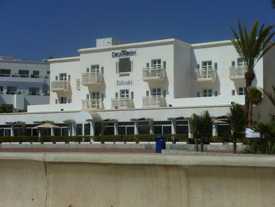 Royal Decameron Tafoukt Beach Hotel : batiment face mer avec restaurant sur promenade