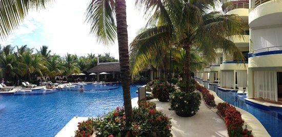 El Dorado Maroma, by Karisma: Main Pool and Swim Up Suites