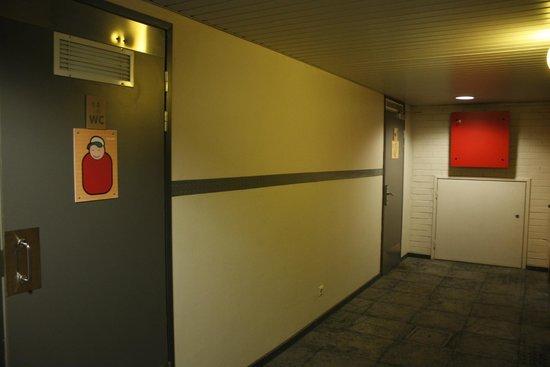 Eurohostel: коридор туалет и дальний вход на кухню