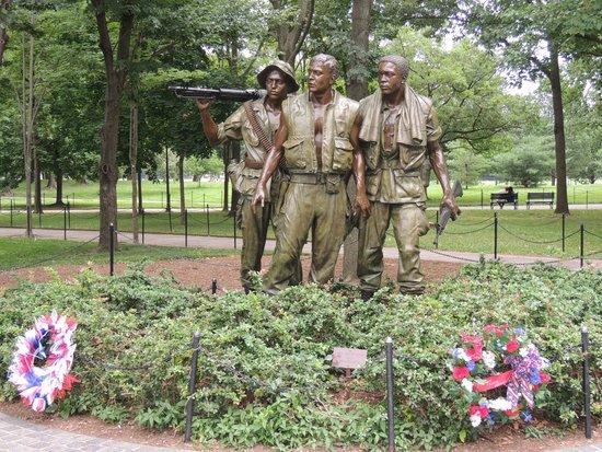 Vietnam Veterans Memorial : Estátua aos veteranos de guerra