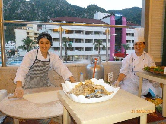 Vela Hotel Icmeler: Dinner time