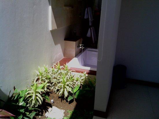 Uppala Villa & Spa Umalas: salle de bain ouverte en partie sur l'extérieur