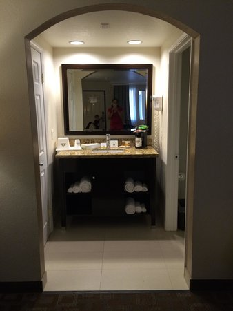 Days Inn Downey: Vanity area
