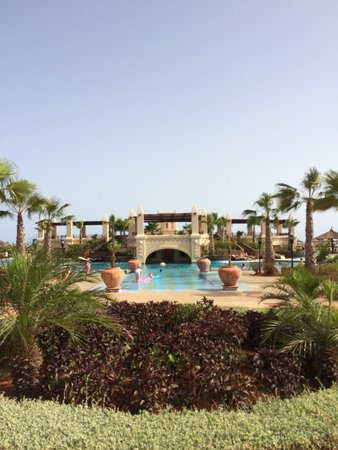 Hotel Riu Touareg: Central pool near the beach front