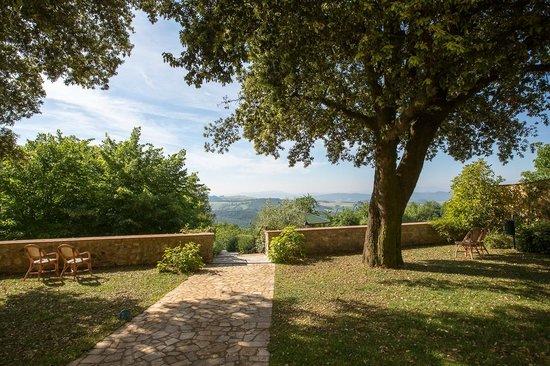 Relais Villa Sensano: Superbe vue, depuis le jardin, devant le bâtiment principal