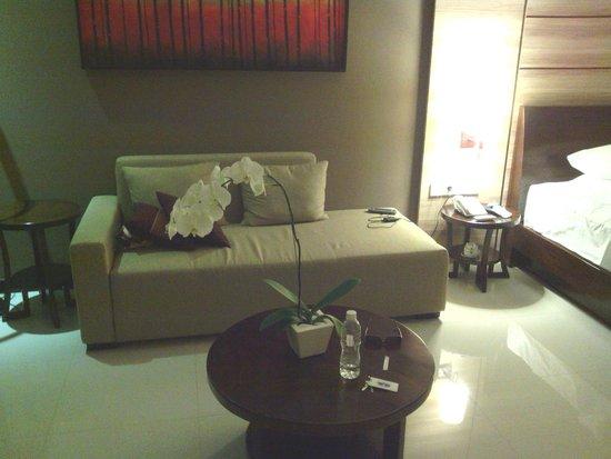 Uppala Villa & Spa Umalas: méridienne face à la TV