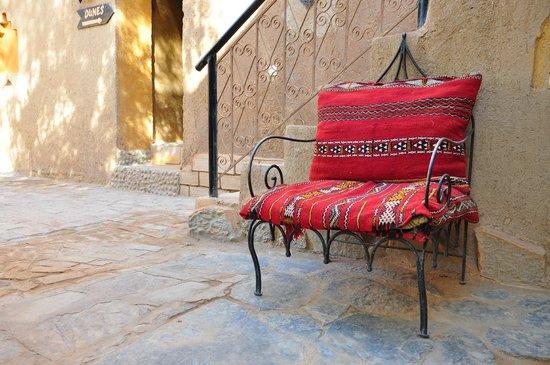 Hotel Kasbah Mohayut: Garden area around breakfast times