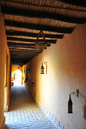 Hotel Kasbah Mohayut: Hallway to our room