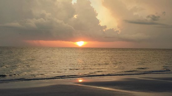 Bon Aire Resort: Sunset on the beach