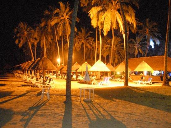 Salinas Maragogi All Inclusive Resort: Área noturna da praia