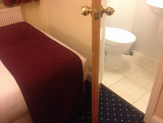 Days Inn London Hyde Park: Bathroom door barely opens as the bed is in the way.