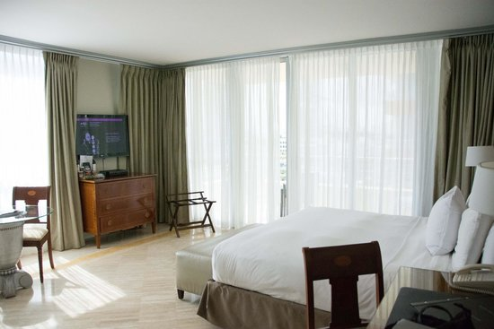 Hilton Bentley Miami/South Beach: Nice sized room for the European feel to most hotels in the area