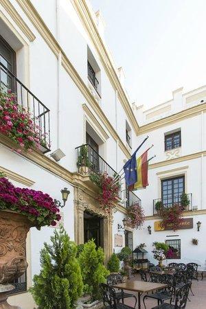 Hotel El Poeta de Ronda : Hotel entrance and rooms
