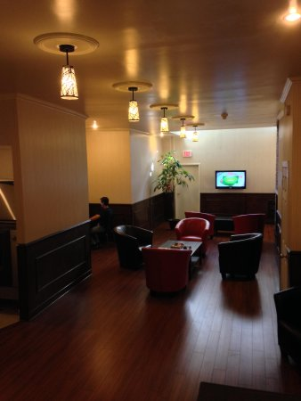 Hotel St-Denis: Large interior guest lobby with comfortable chairs