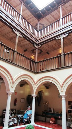 Sacristia de Santa Ana : Up from center courtyard