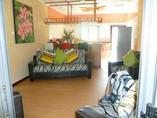 Casa De Leela : das geräumige Wohnzimmer mit Küche